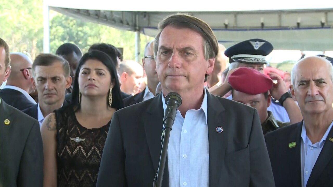 Bolsonaro fala sobre levar família de helicóptero para casamento do filho