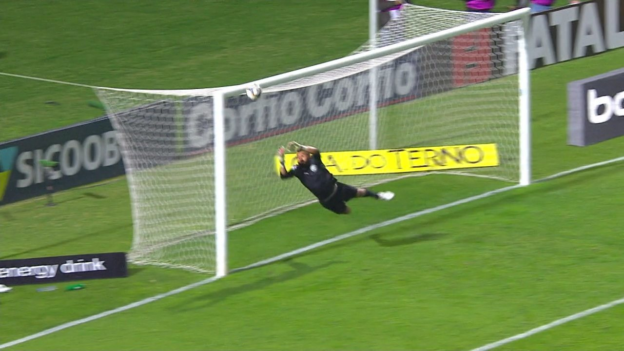 Murilo faz bela cobrança de falta e Muralha voa na bola, salvando o Coxa.