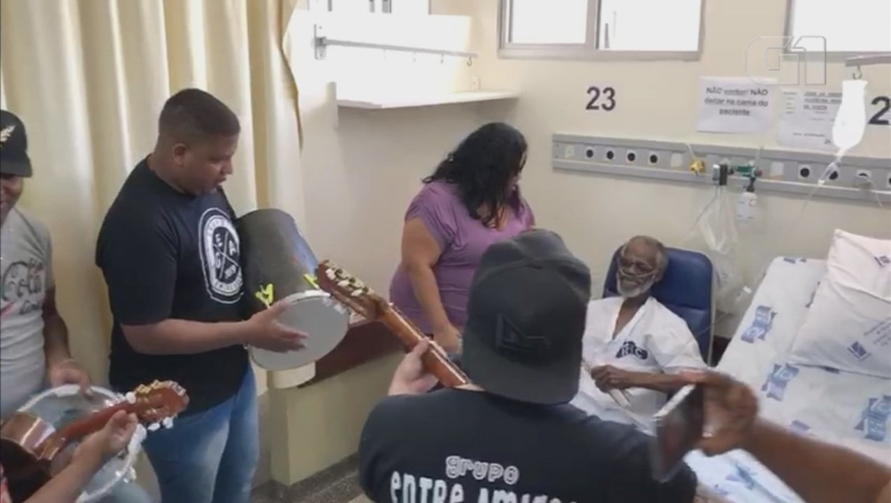 Internado há dois meses, idoso com câncer recebe roda de samba no hospital