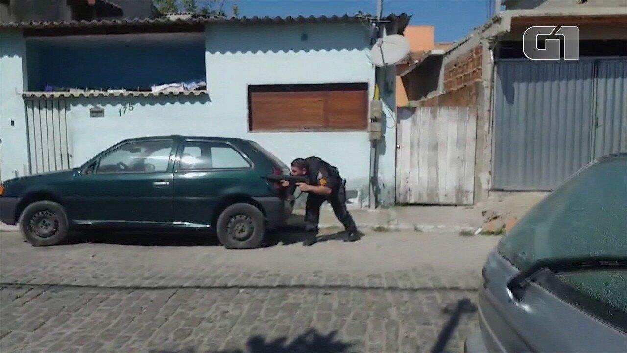 Vídeo registra troca de tiros durante buscas por vigias torturados em Cabo Frio, no RJ
