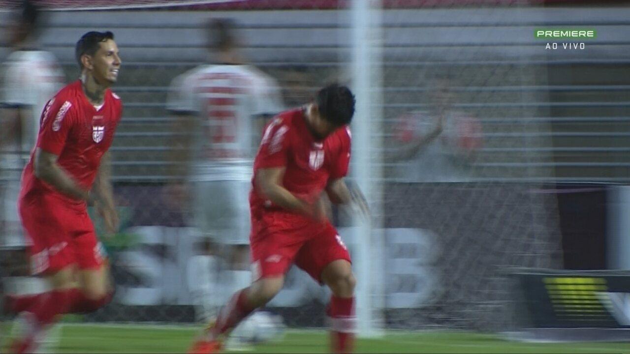 Gol do CRB! Em cobrança de escanteio, Léo Ceará dá um peixinho no canto esquerdo do gol