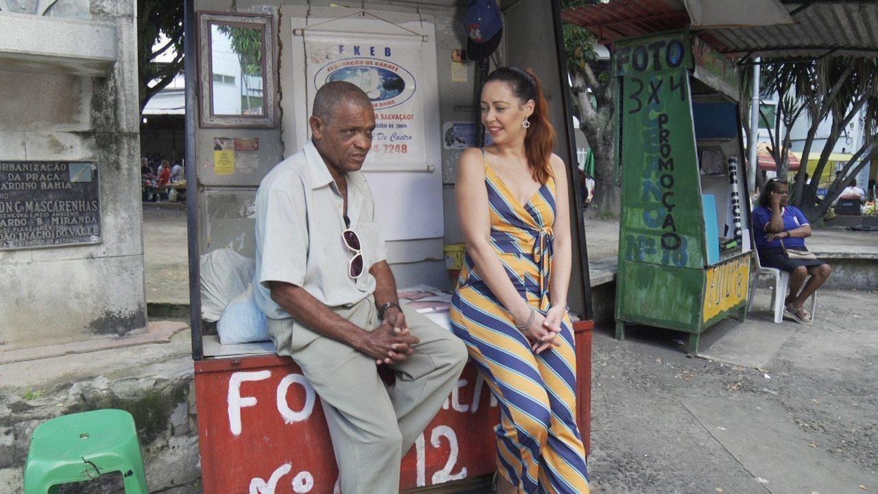 Em Feira de Santana, Briza Menezes conhece os fotógrafos de praça