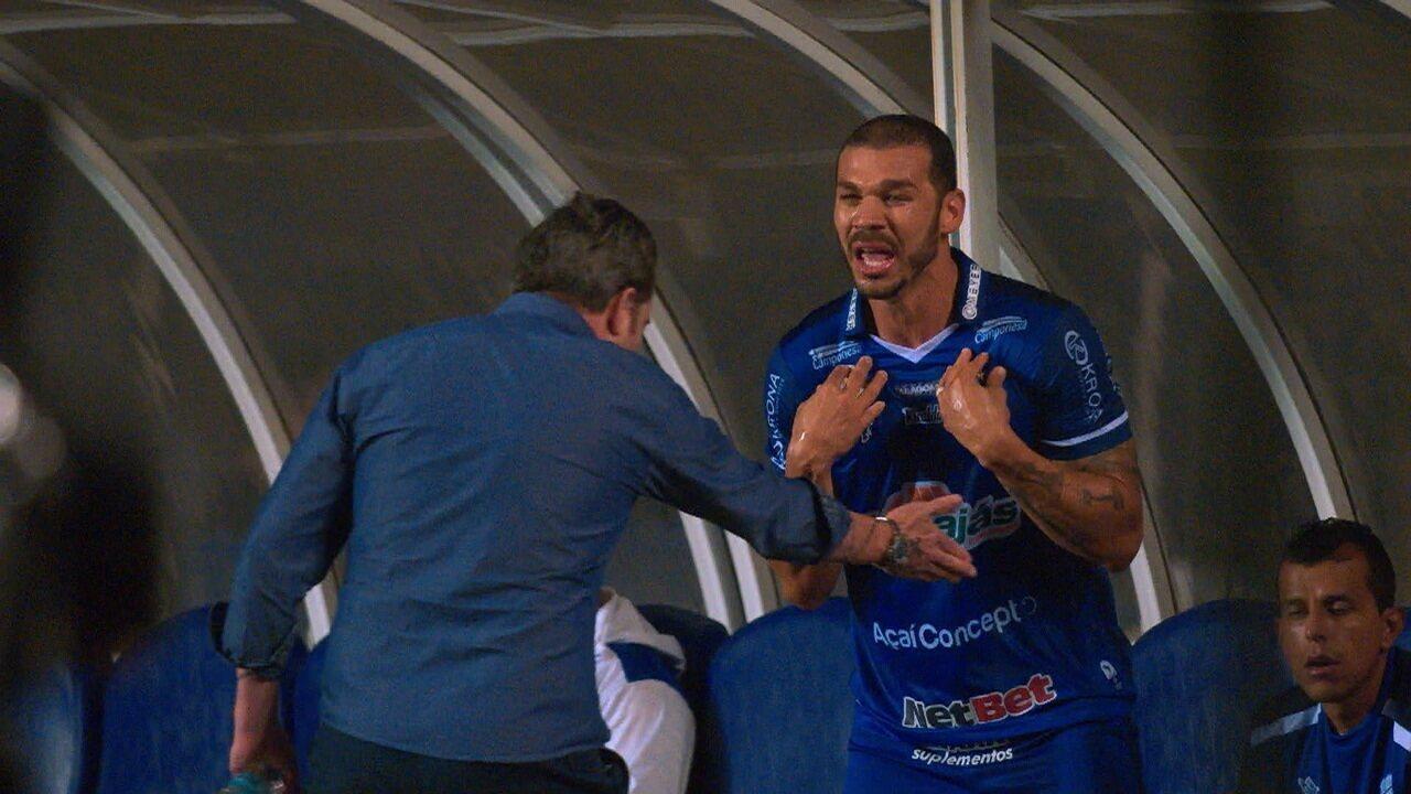 Nilton fica desesperado e reclama com Argel após ser substituído contra o Vasco