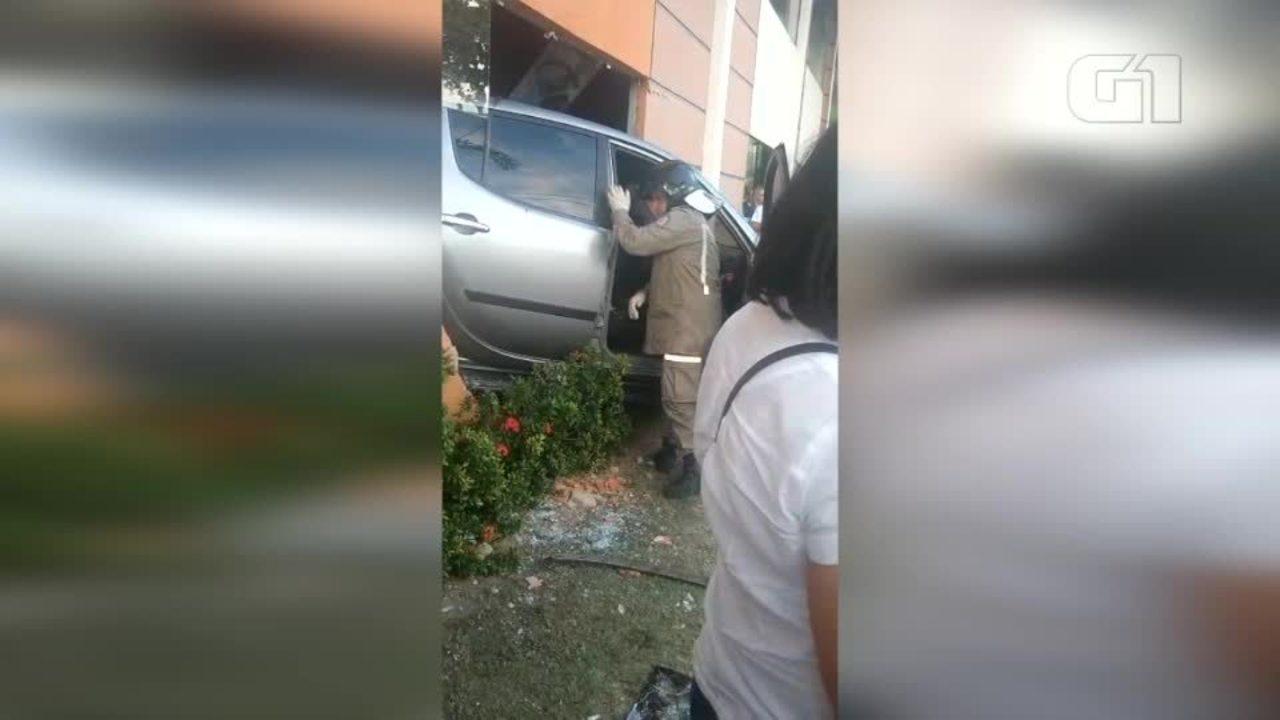 Condutor dá ré bate em três carros e invade academia no Litoral do Piauí