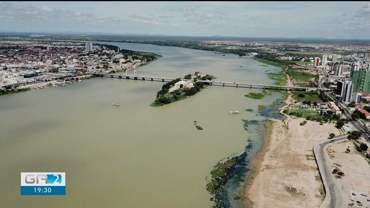 Técnicos do Serviço Geológico do Brasil medem a quantidade de água do rio São Francisco