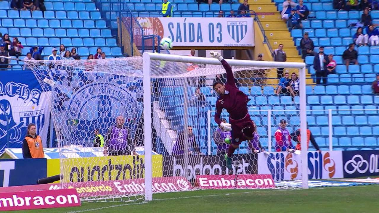 Robinho cobra a falta no ângulo, mas Vladimir vai na bola e salva o Avaí, aos 41 do 1º tempo