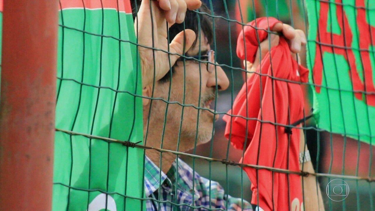 Torcedor fanático uruguaio faz homenagem ao filho que torcia por time rival