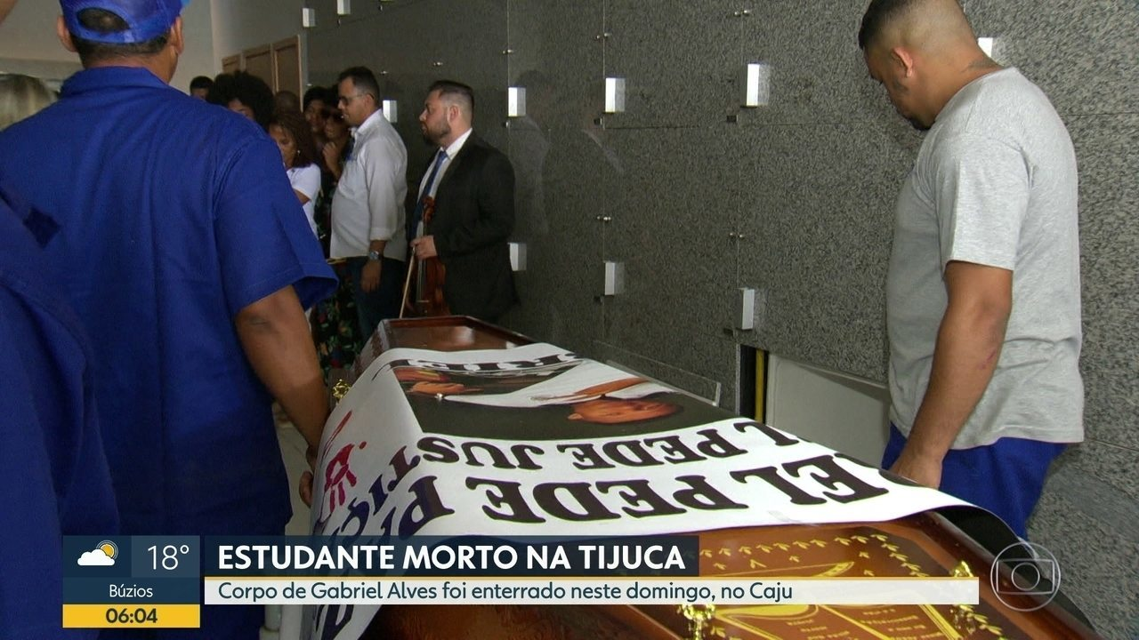 Parentes e amigos se despedem de Gabriel Pereira, estudante morto por bala perdida
