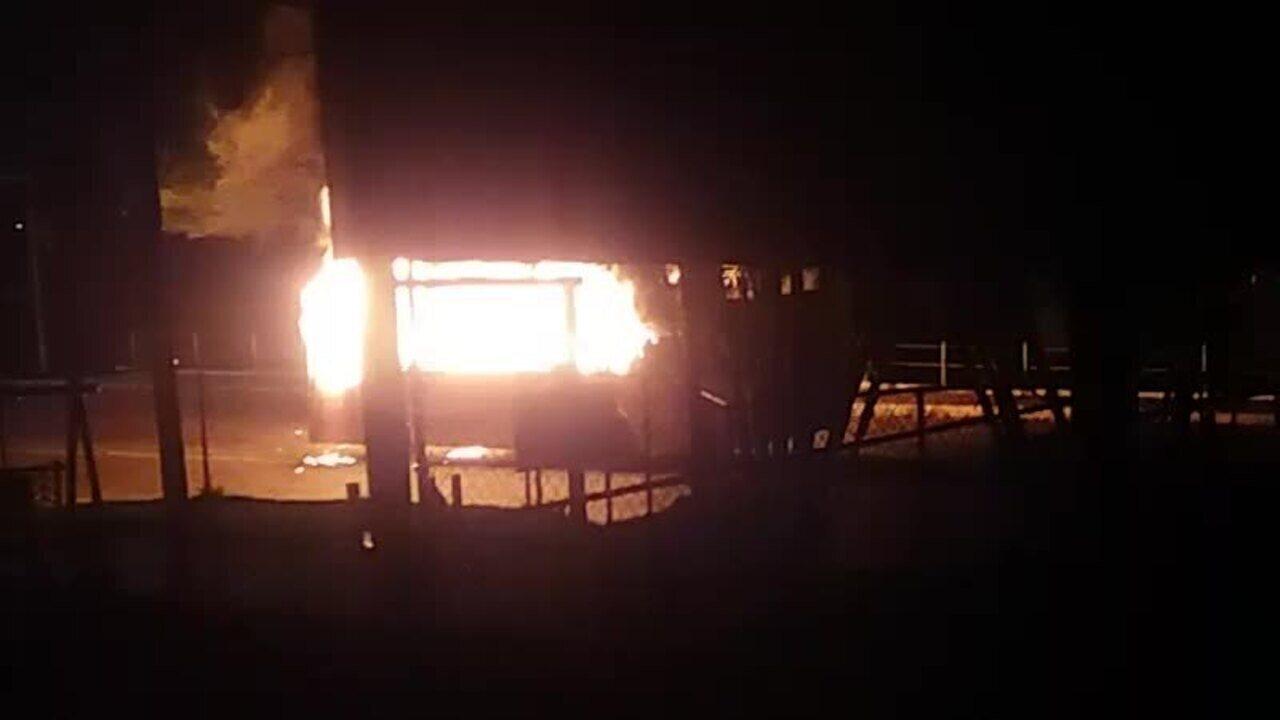 Dois ônibus foram incendiados na Rio-Santos, em Angra