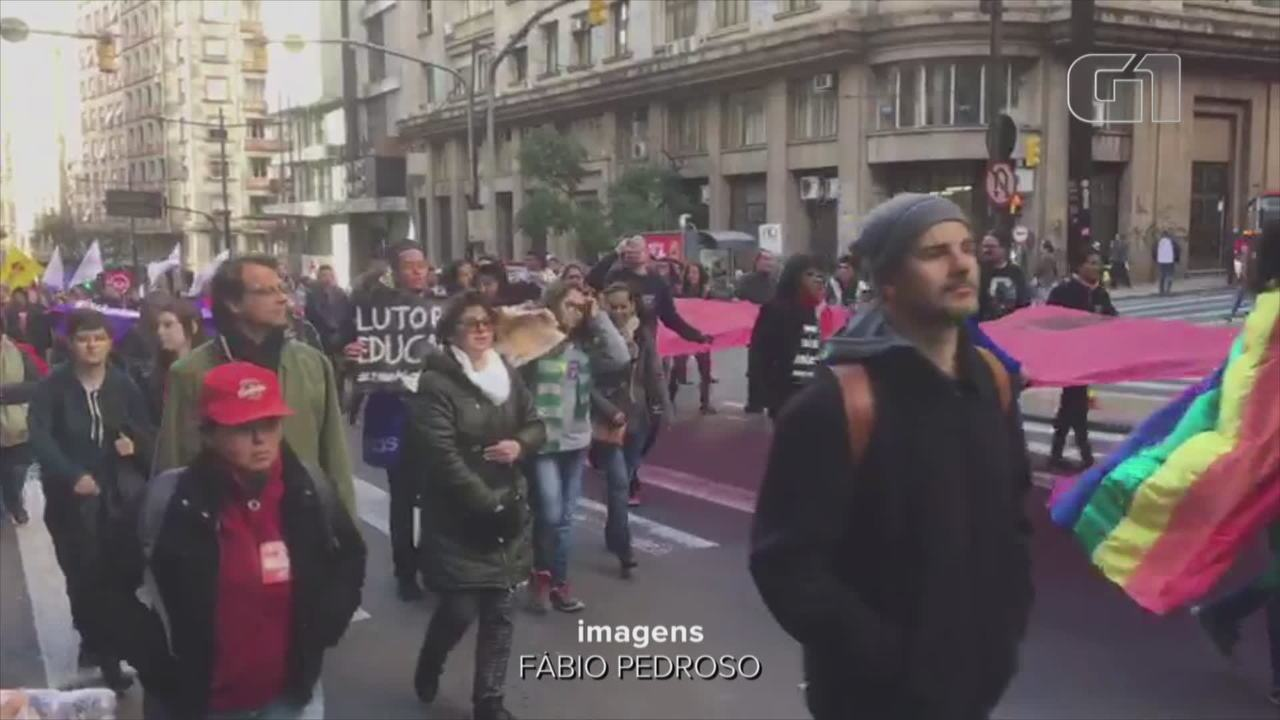 Estudantes protestam no Centro de Porto Alegre contra os cortes na educação