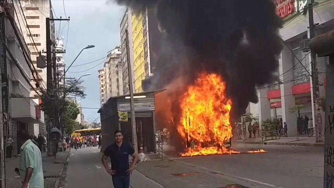 Incêndio atinge ônibus e parada de BRT no Recife