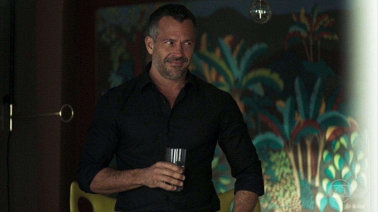 A pedido de Rock, Agno abriga Leandro em seu apartamento
