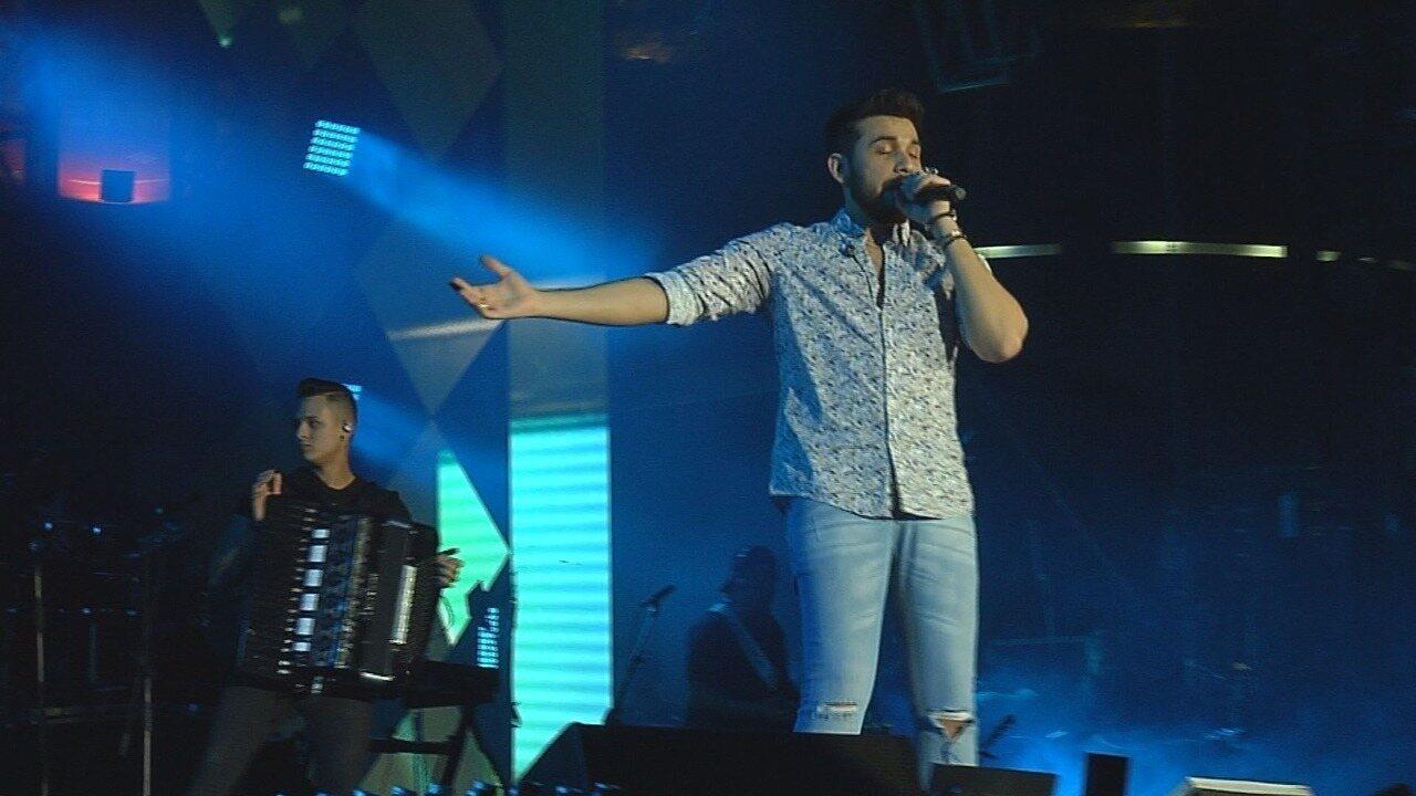 Gustavo Mioto canta sucesso da carreira no palco Arena de Barretos 2019