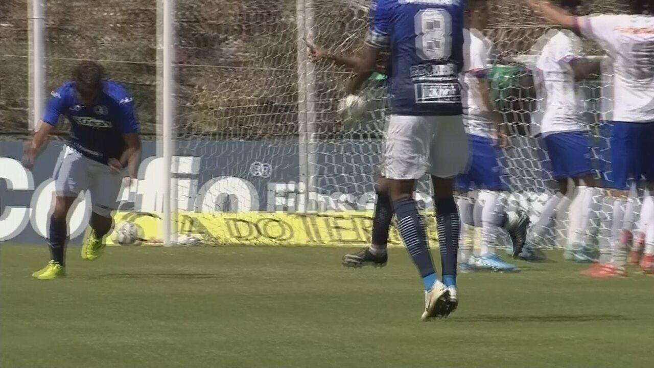 Gol do São Bento! Fabrício Oya chuta, a bola é desviada por Wesley e engana goleiro Thiago