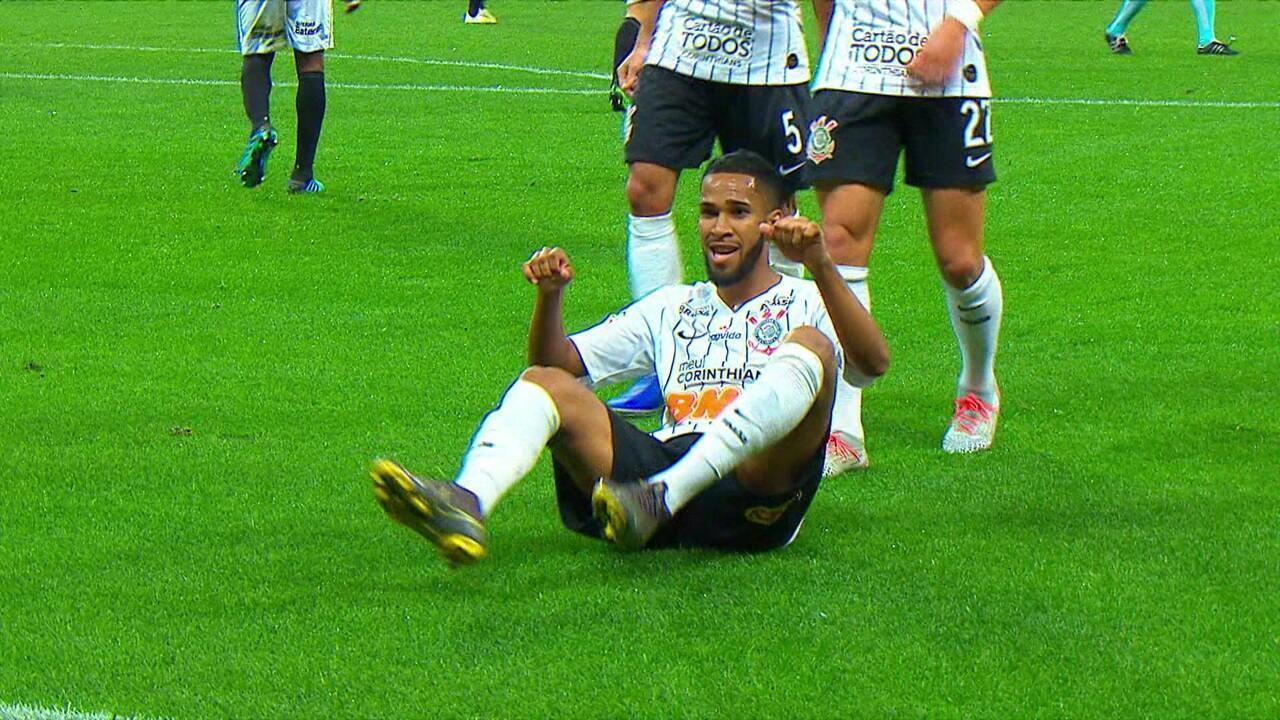 Gol do Corinthians! Everaldo pega rebote na área para ampliar, aos 10 do 2º tempo
