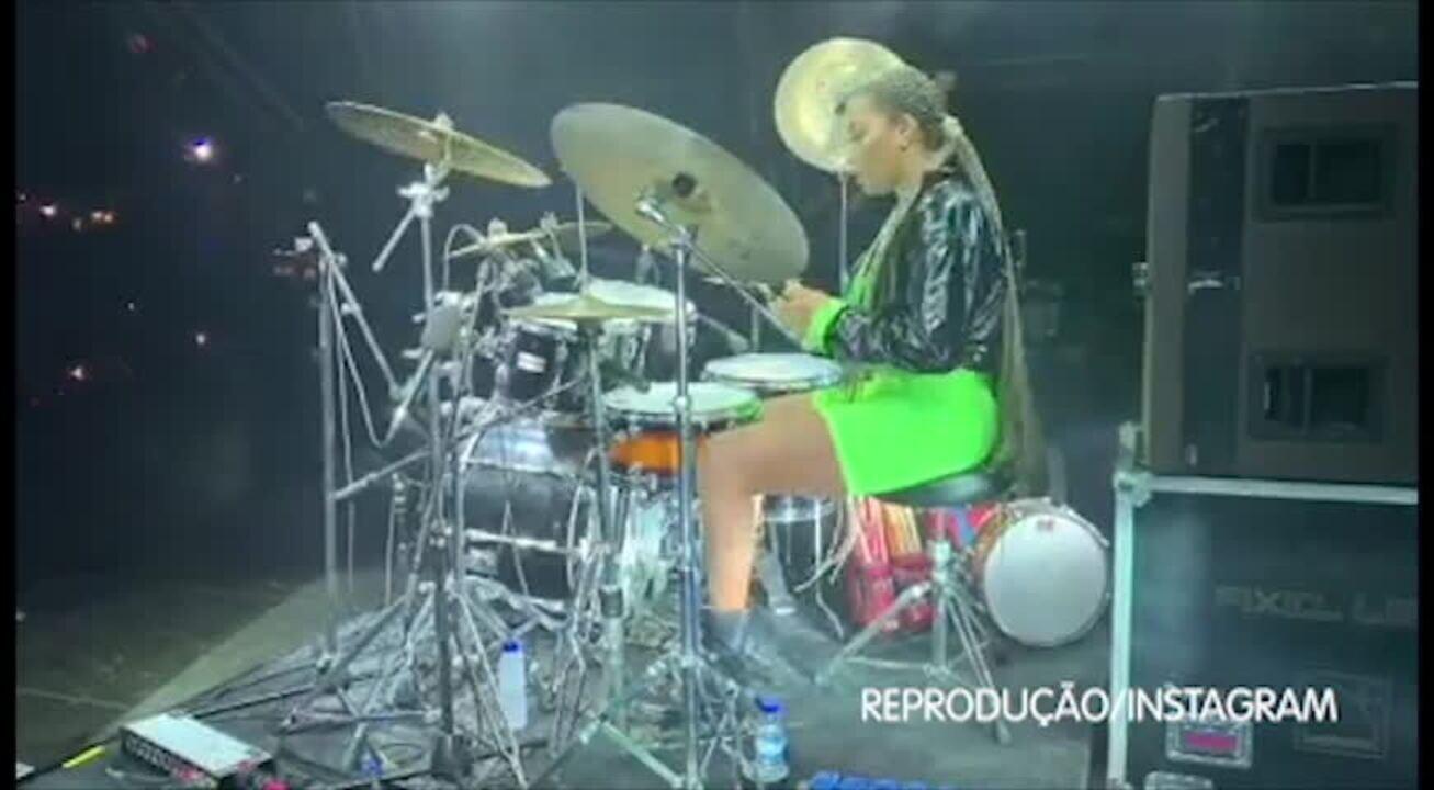 Ludmilla arrasa tocando bateria em show