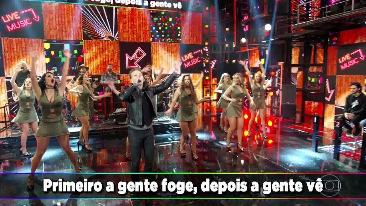 "Michel Teló canta o sucesso ""Fugidinha"""