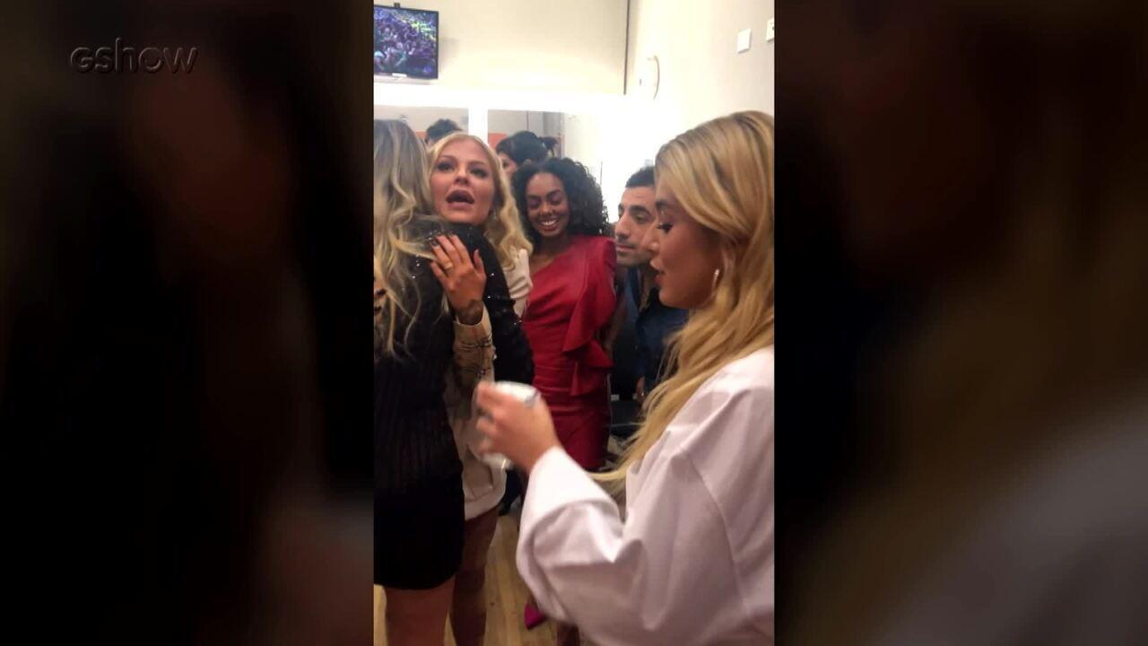 Ex-participantes invadem camarim do elenco do 'Dança dos Famosos 2019'