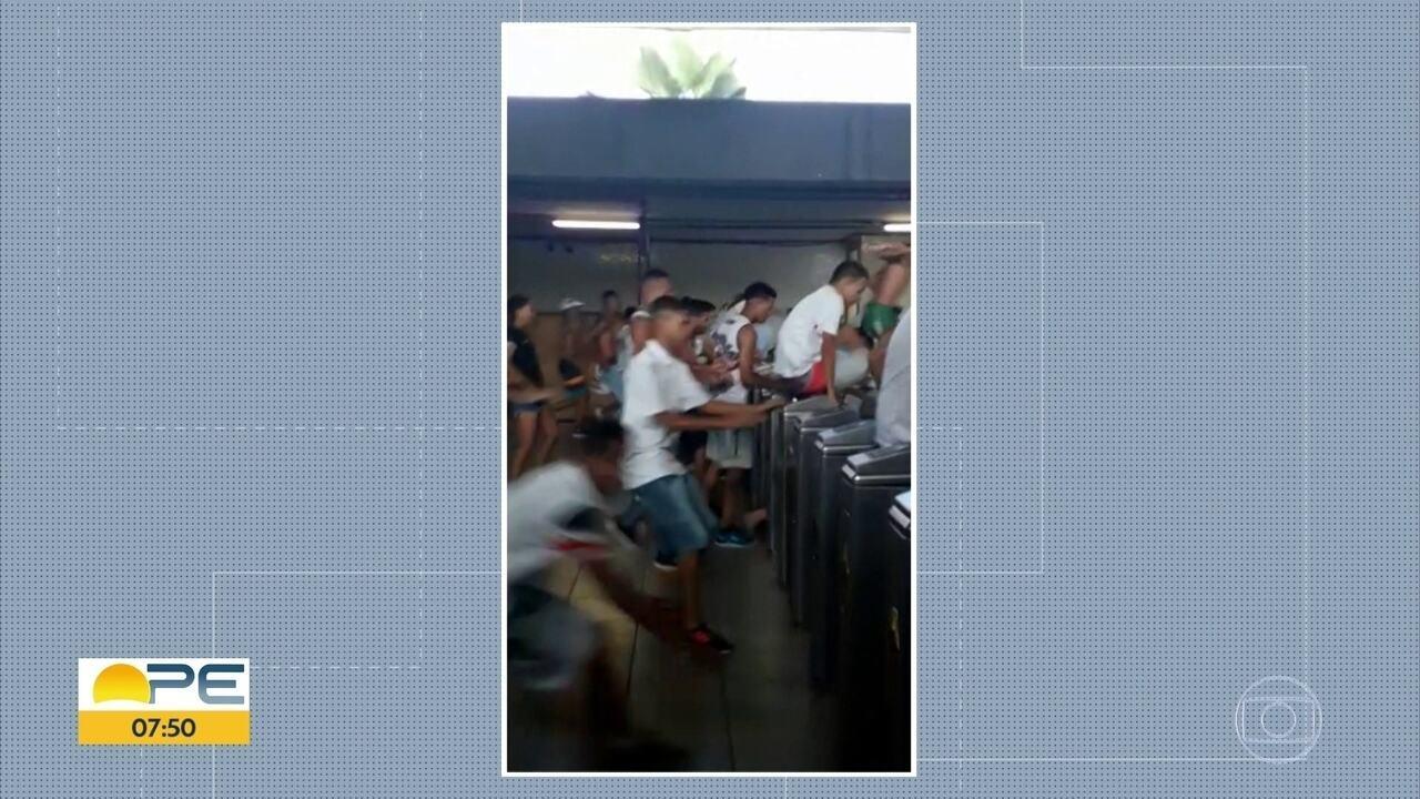 Grupo é flagrado pulando catracas da Estação Central do metrô do Recife