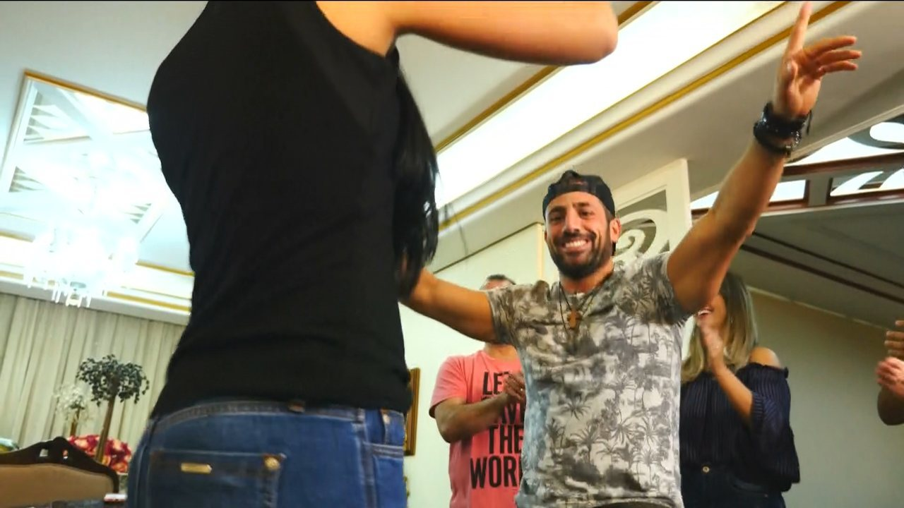 Kaysar dança música árabe com amigos