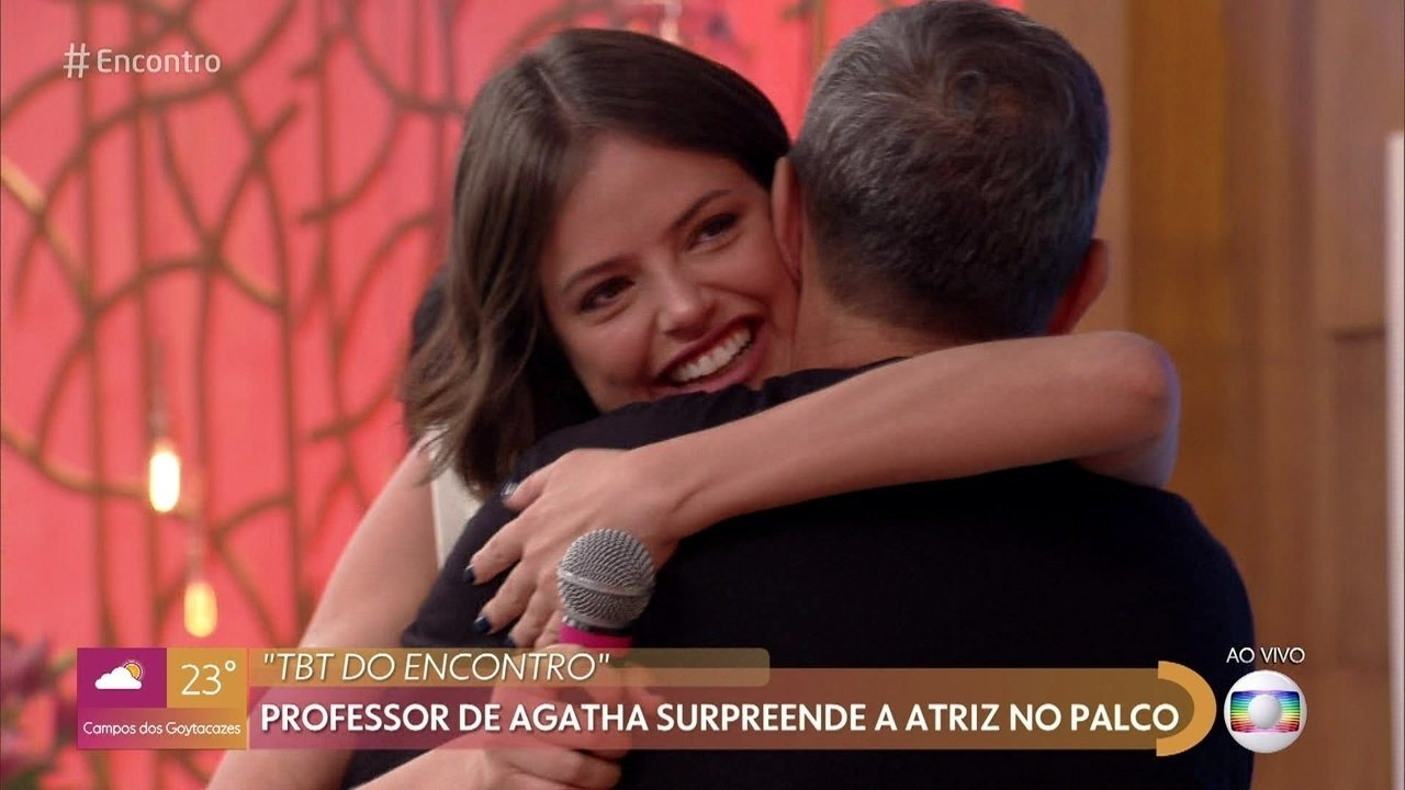 Agatha Moreira é surpreendida por professor da época da escola