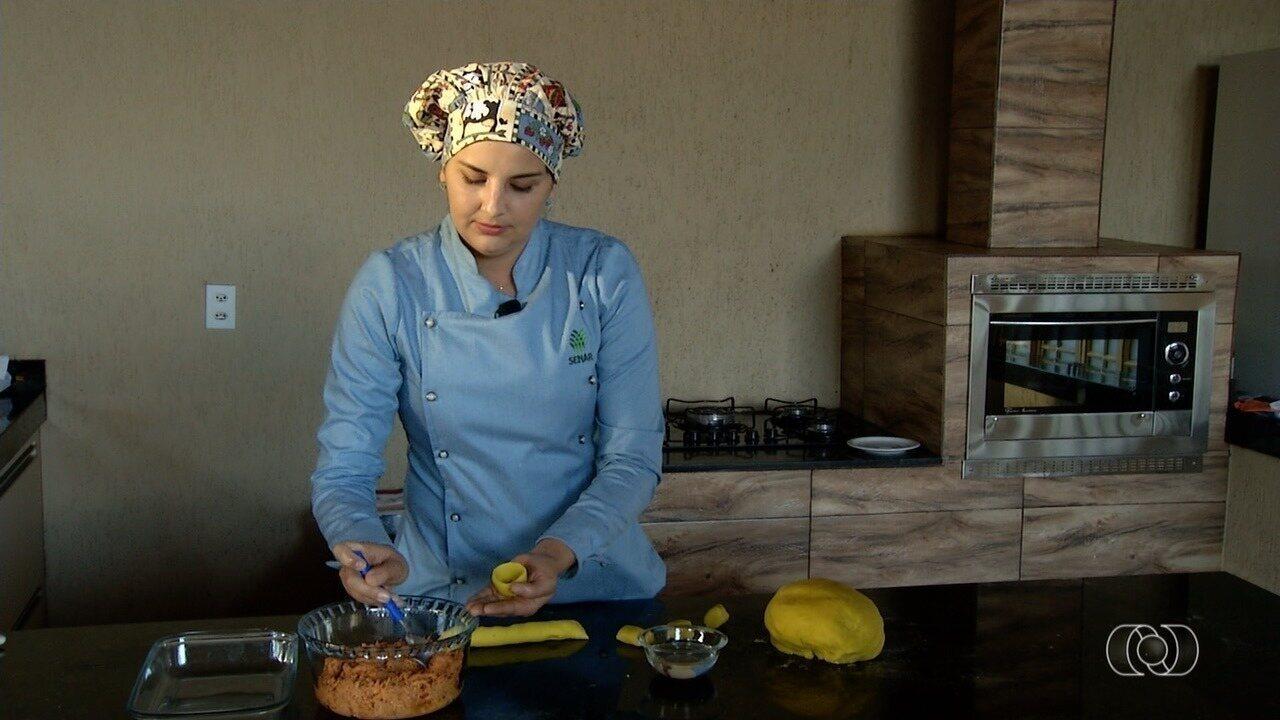 Instrutora do Senar ensina como fazer coxinha com massa de mandioca em Silvânia