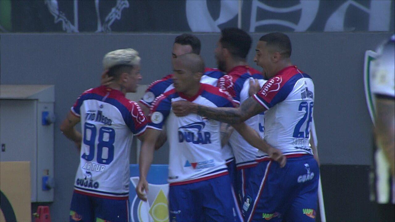 Gol do Bahia! Gilberto antecipa Igor Rabello e desvia para as rede e marca o primeiro gol do jogo, aos 19 do 1º tempo