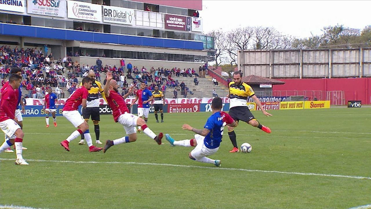 Léo Gamalho recebe de Daniel Costa, chuta rasteiro e deixa a bola nas mãos de Thiago Rodrigues, aos 29 do 2º tempo