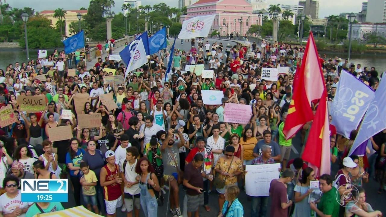Manifestantes fazem ato em defesa da Amazônia no Recife