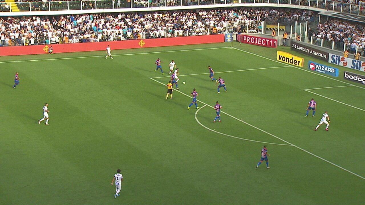 Pituca arrisca o chute da entrada da área, mas Felipe Alves defende, aos 14 do 1º tempo