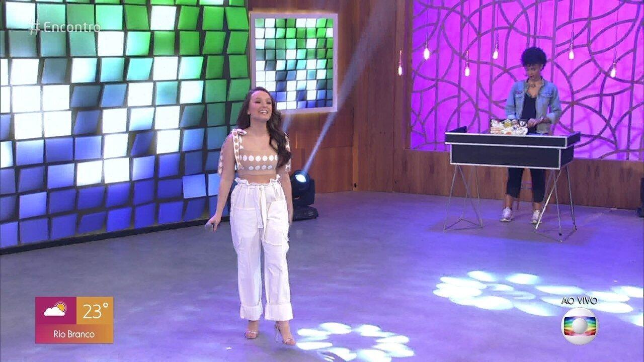 Larissa Manoela canta 'Boy Chiclete'