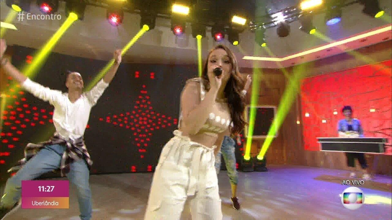 Larissa Manoela canta 'Desencosta'