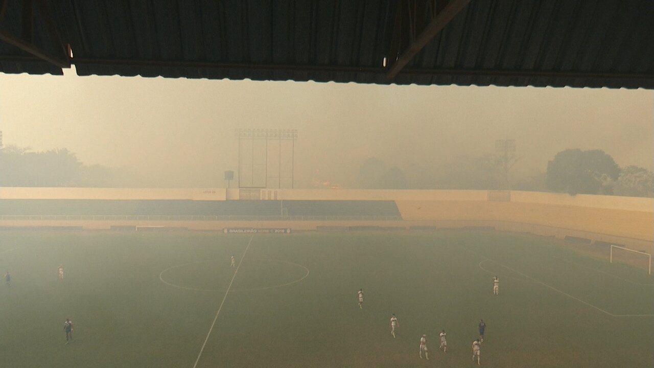 Fumaça invade estádio e interrompe jogo entre Atlético-AC e Luverdense