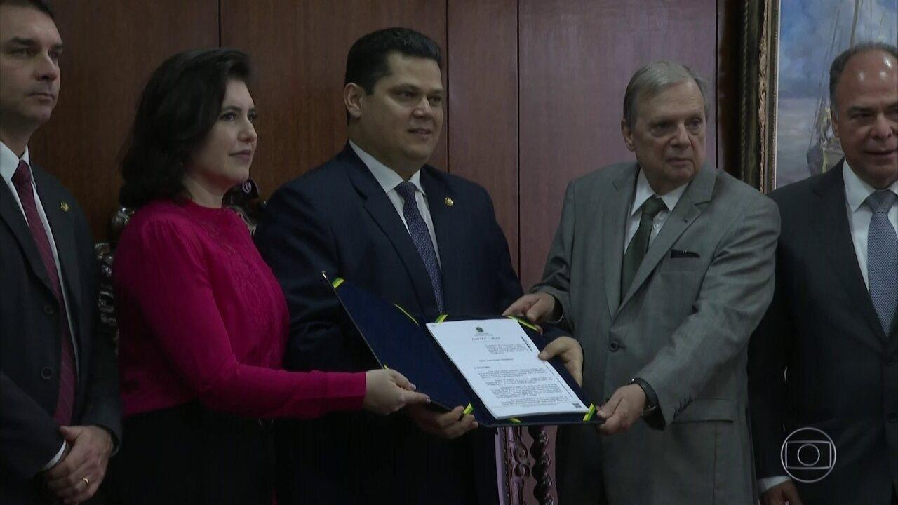 Tasso Jereissati entrega à presidência do Senado o relatório da reforma da Previdência