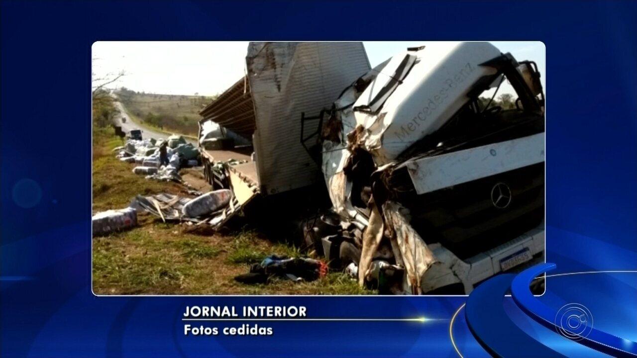 Homens morrem esmagados por carga de tecido após caminhão capotar em Clementina