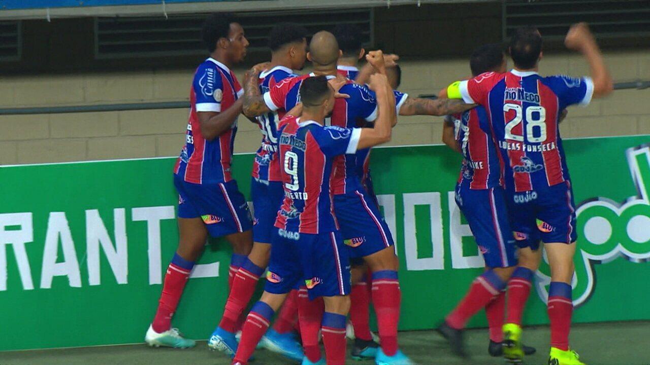 Gol do Bahia! Arthur Caíke cobra falta direto no gol, bola bate no goleiro, na trave e entra, aos 40 do 2º tempo