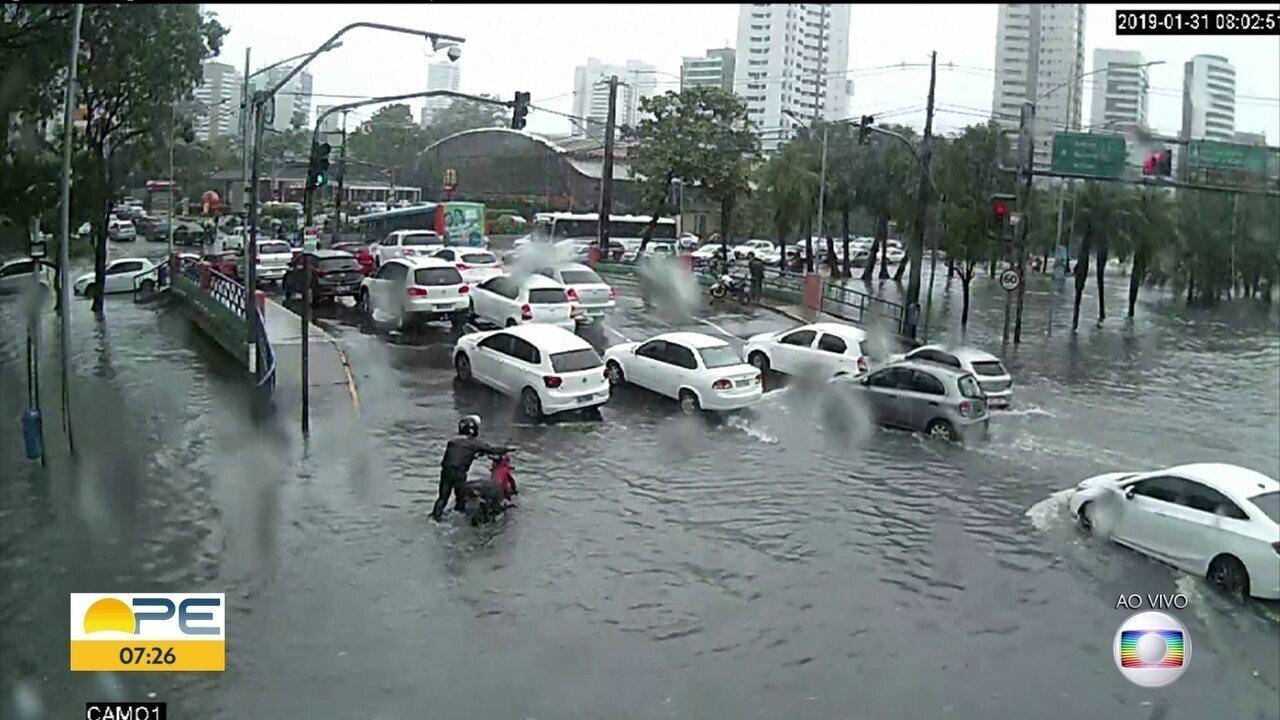 Fortes chuvas formam pontos de alagamento e trânsito fica complicado no Recife