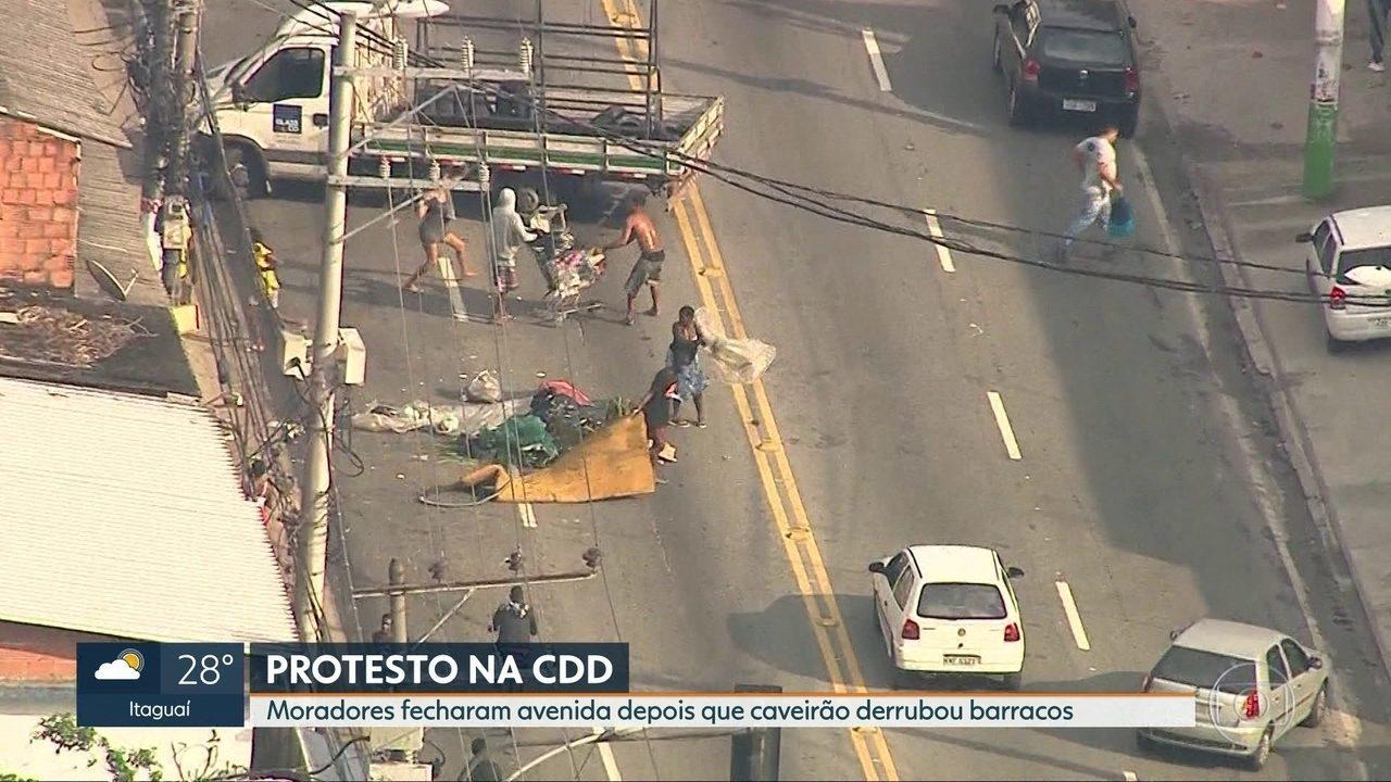 Moradores fecham avenida após caveirão derrubar barracos na Cidade de Deus
