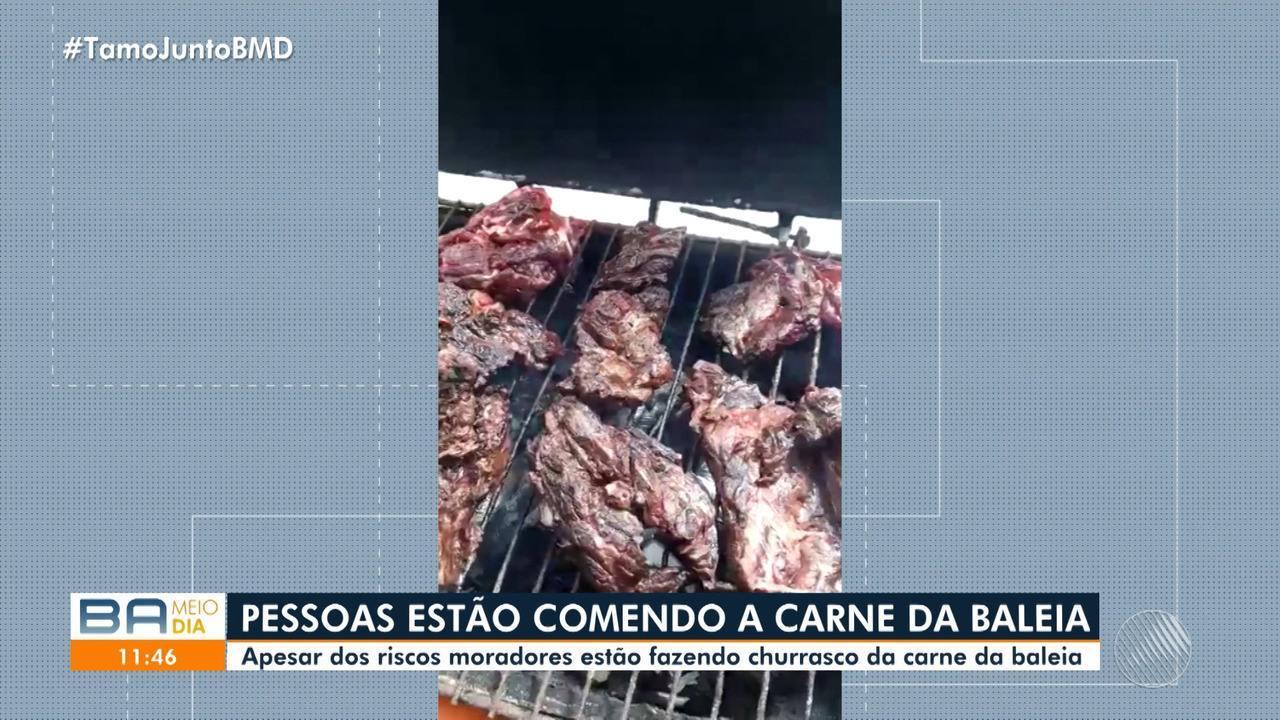 Moradores da Praia de Coutos arrancam pedaços da baleia e fazem churrasco com a carne