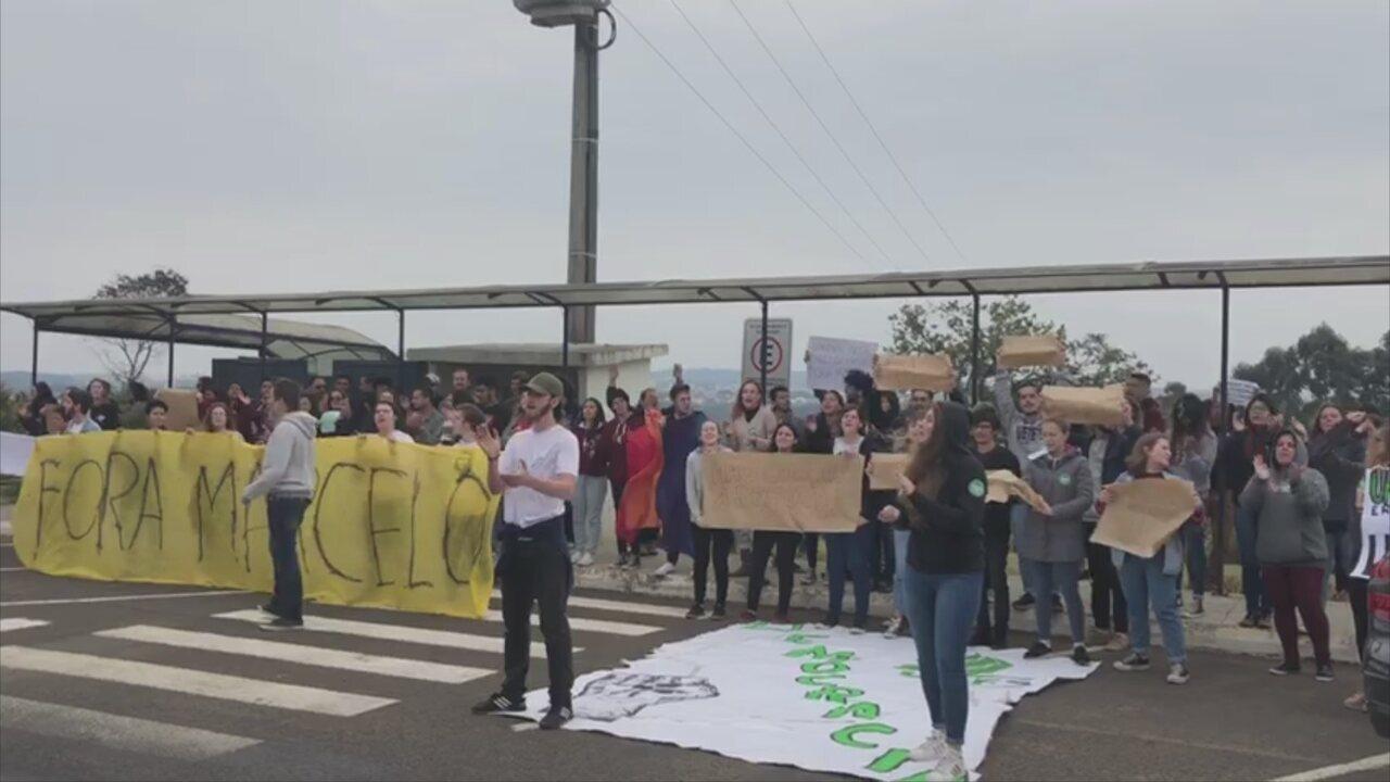 Após posse de reitor, estudantes pedem renúncia em protesto na UFFS