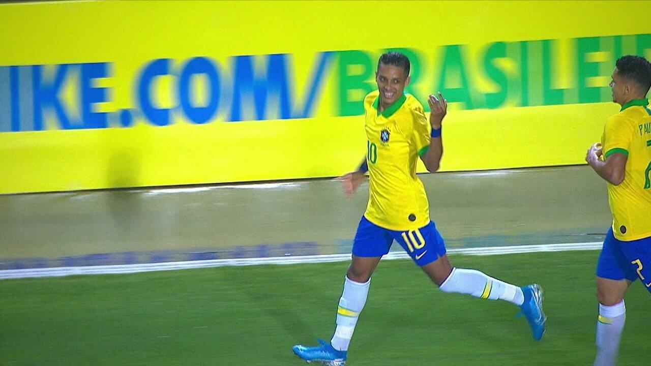 Gol do Brasil! Após lambança incrível, e dupla, do goleiro, Pedrinho marca de fora da área, aos 15' do 1ºT