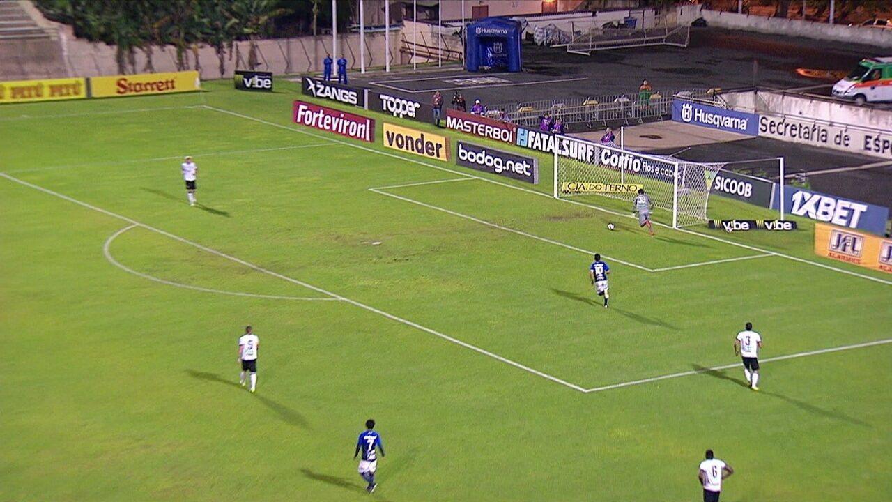 Zé Antônio recua sem olhar para o goleiro e quase marca contra, aos 22' do 1º tempo