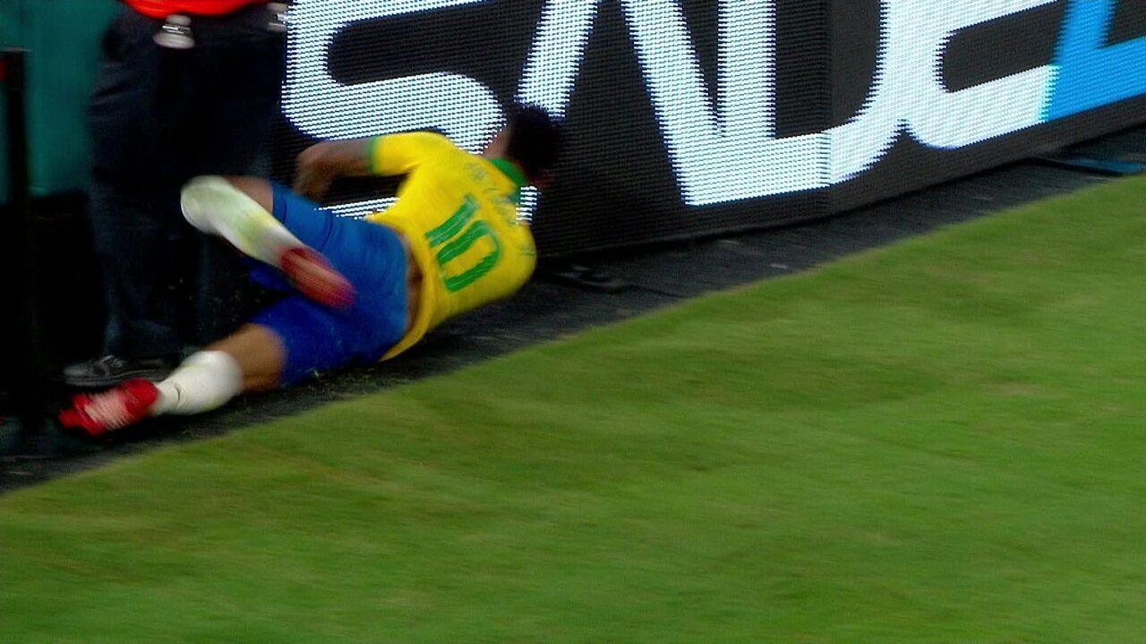 Se tivesse VAR! Neymar leva encontrão de zagueiro e vai de cara na placa, mas juiz ignora, aos 28' do 2ºT