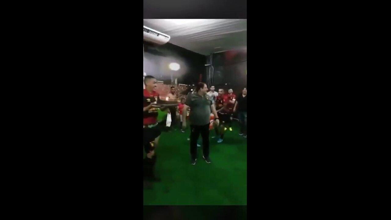 Grupo rubro-negro, após vitória, faz surpresa para Guto no vestiário e canta parabéns