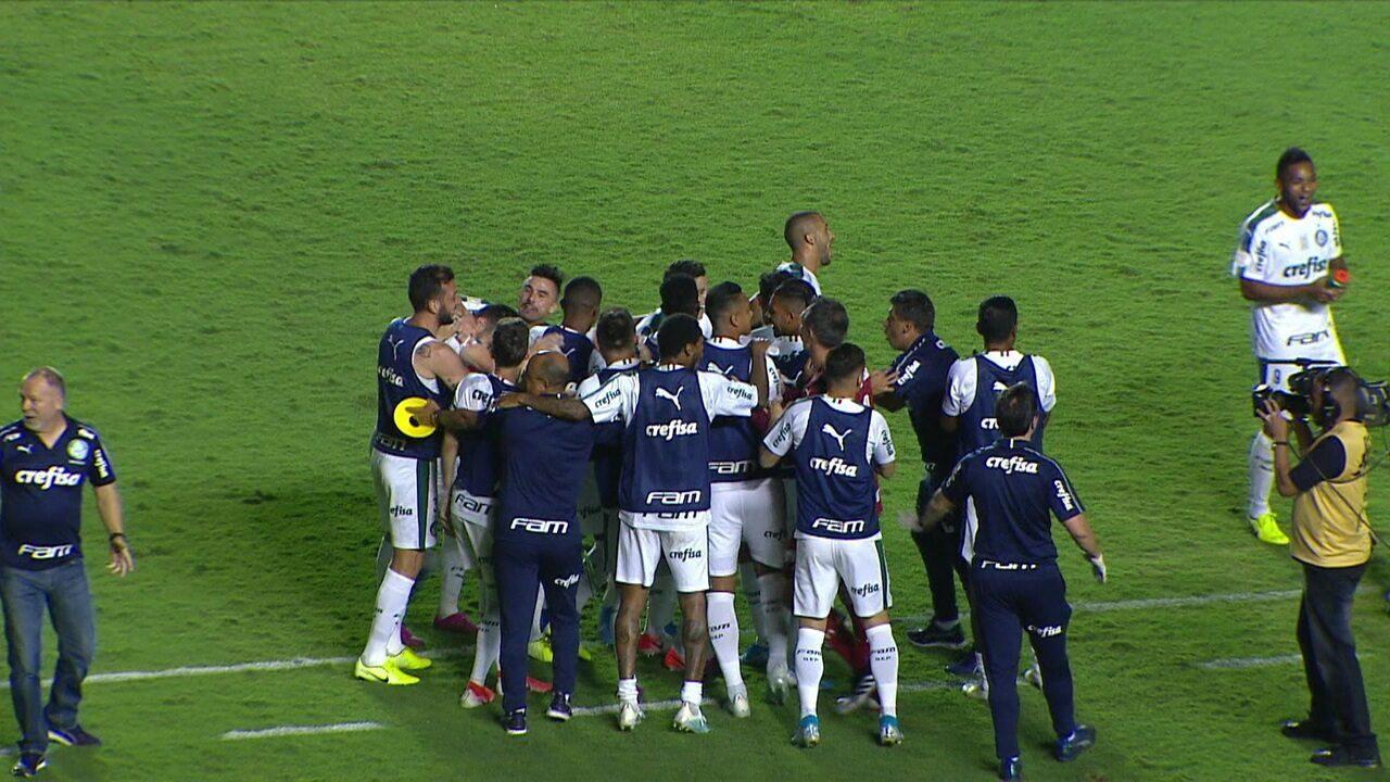 Gol do Palmeiras! Marcos Rocha cobra lateral e Scarpa marca na sobra. Árbitro confirma a virada, aos 55' do 2º tempo