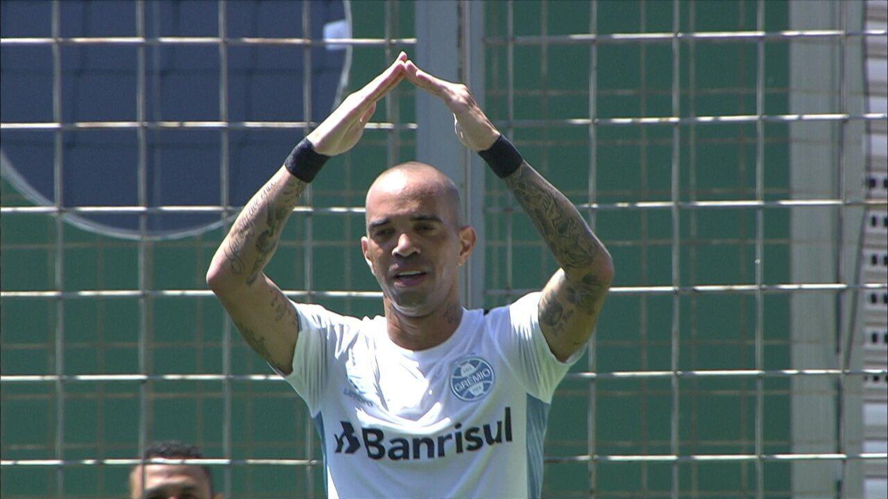 Gol do Grêmio! Galhardo cruza rasteiro na pequena área e Tardelli desvia de letra para abrir o placar, aos 18 do 1º tempo