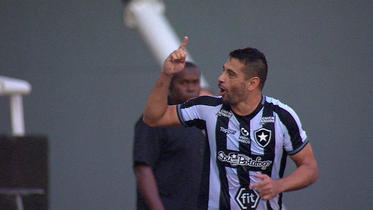 Gol do Botafogo! Diego Souza faz de pênalti após marcação com ajuda do VAR aos 44 do 1º tempo
