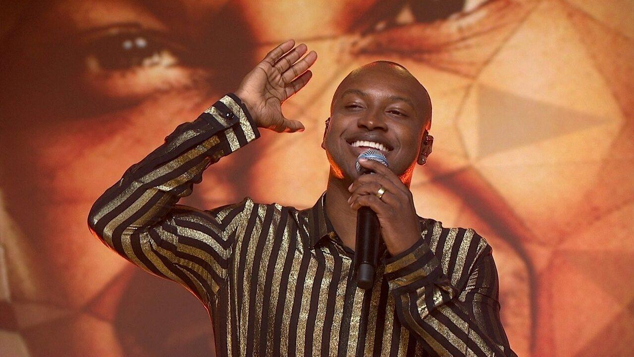 Thiaguinho canta 'Caraca, muleke!' no palco do Fantástico