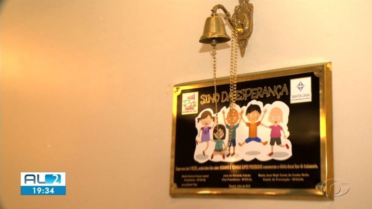 Crianças que terminam o tratamento contra o câncer tocam o Sino da Superação
