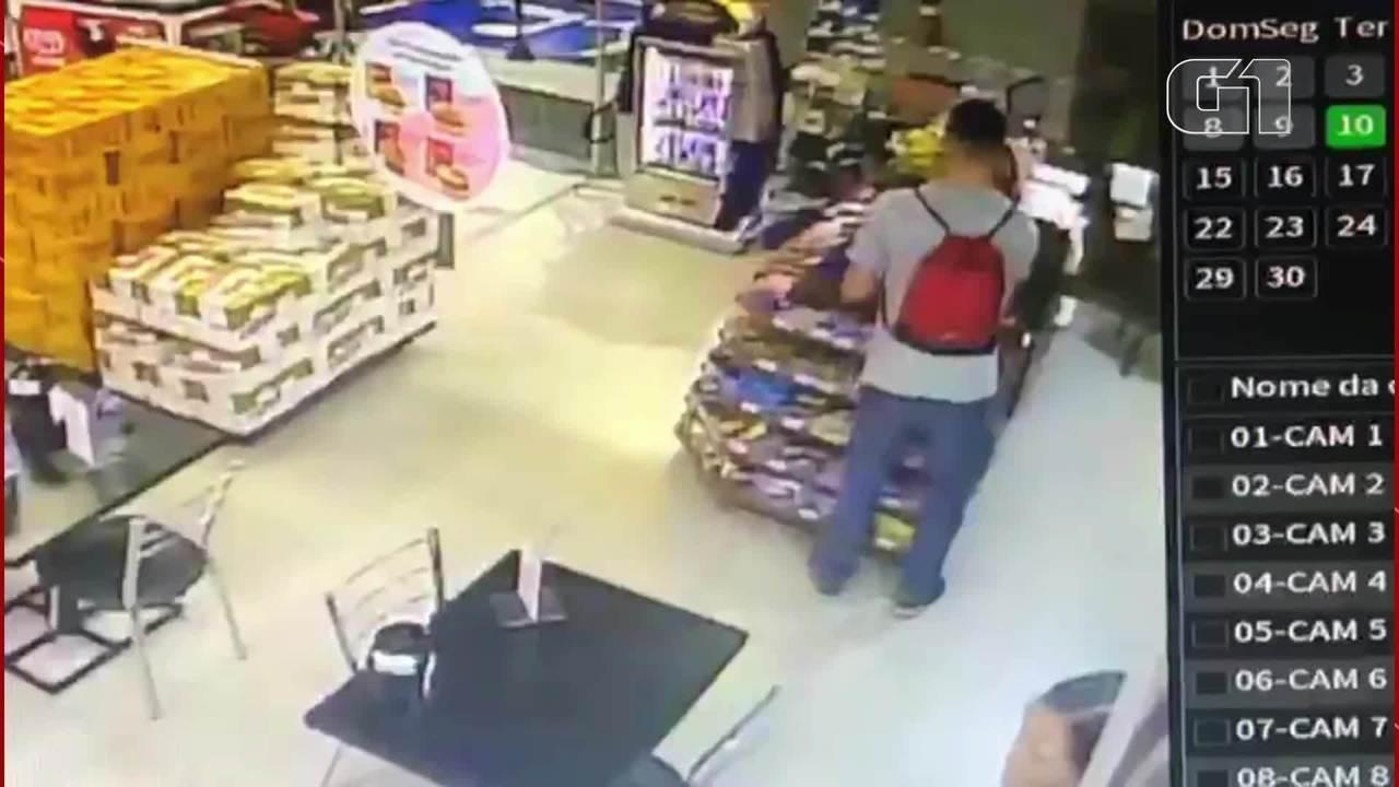 Homem finge ser cliente e assalta loja de conveniência